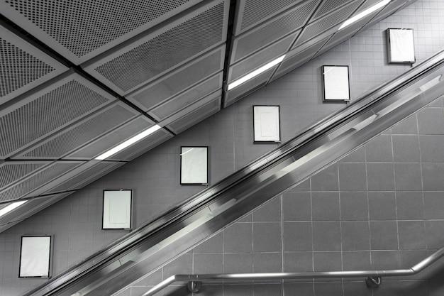 Шесть большой пустой рекламный щит на эскалаторе.
