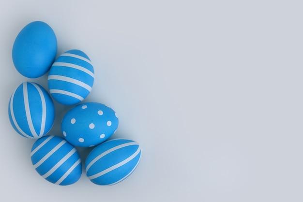 コピースペースのある白い背景の隅に6つの青い装飾された卵があります
