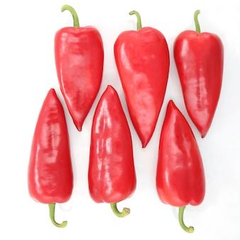 흰색 배경에 6개의 밝은 빨간색 달콤한 고추. 비타민 건강 식품