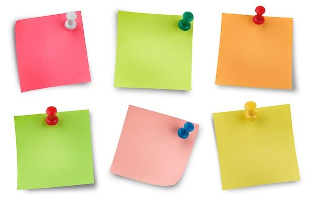 Шесть цветных наклеек на канцелярских кнопках. изолированный белый фон