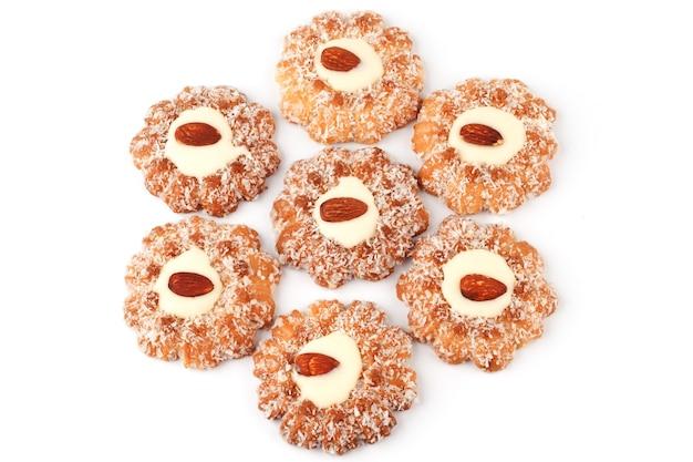 Шесть печений, посыпанных кокосом и миндалем в центре