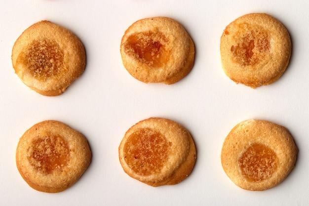 살구 잼 6 수제 쿠키는 흰색 배경에 고립 된 행에 배열
