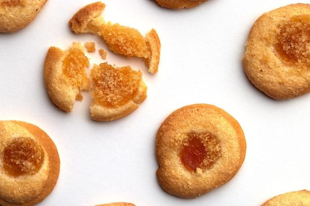 살구 잼이 균등하게 배열 된 6 개의 수제 쿠키