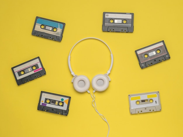 6 개의 테이프 레코더와 흰색 헤드폰. 빈티지 오디오 녹음 저장 및 재생 도구.