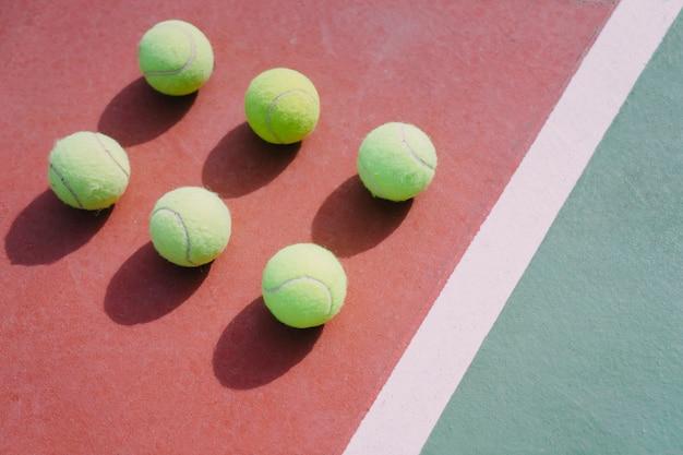 대칭의 테니스 공 6 개