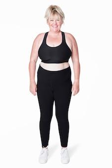 ファッションスタジオで撮影したサイズ込みのスポーツウェアアパレル女性