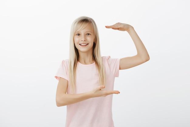 サイズは巨大です。金髪で魅惑的な満足のいく愛らしいヨーロッパの女の子の屋内撮影