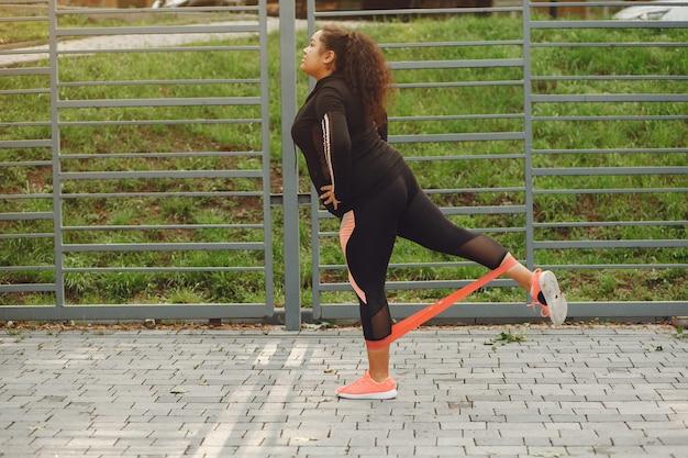 Più grande di una donna che fa esercizi di stretching