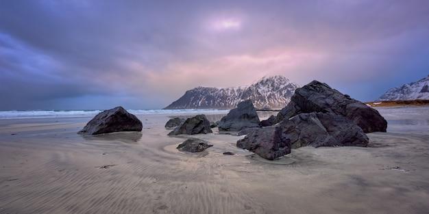 Скагсанден пляж на закате, лофотенские острова, норвегия