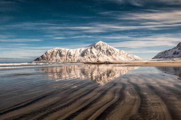 Skagsandenビーチの砂の畝と雪の山