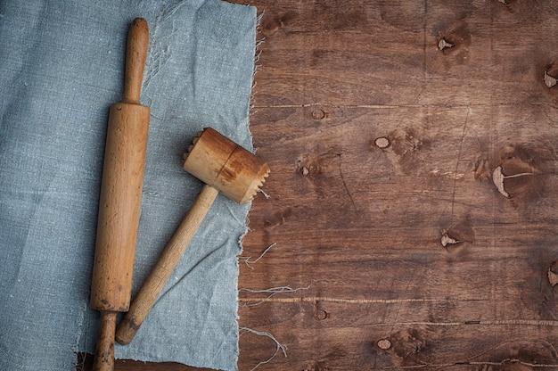木製の台所用品skalkaと肉を打つためのハンマー