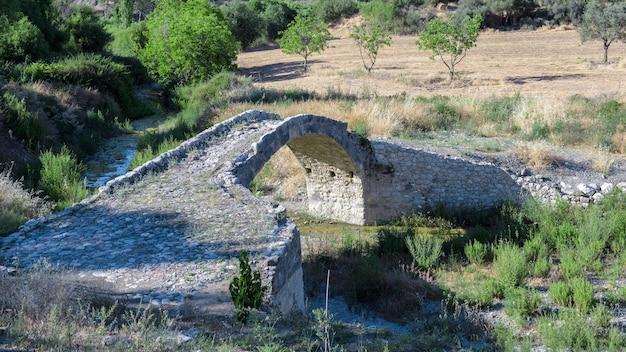 スカルフォスの古い橋は、1618年に建てられた、キプロスのオスマン帝国時代のランドマークです。