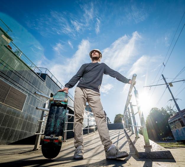 Скейтбордист тренируется и прыгает по улицам.