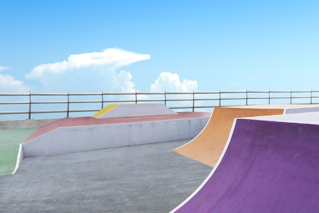 Скейт или bmx площадка на фоне голубого неба