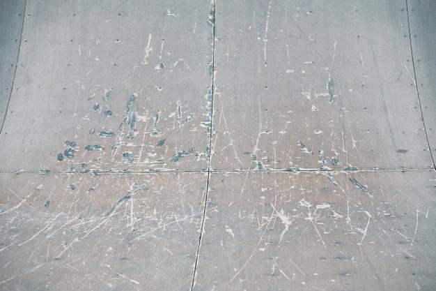 스케이트 공원 경사로. 스케이트 보드. 익스트림 스포츠 지역. 사용되는 도로 질감 배경에 공간을 복사합니다.