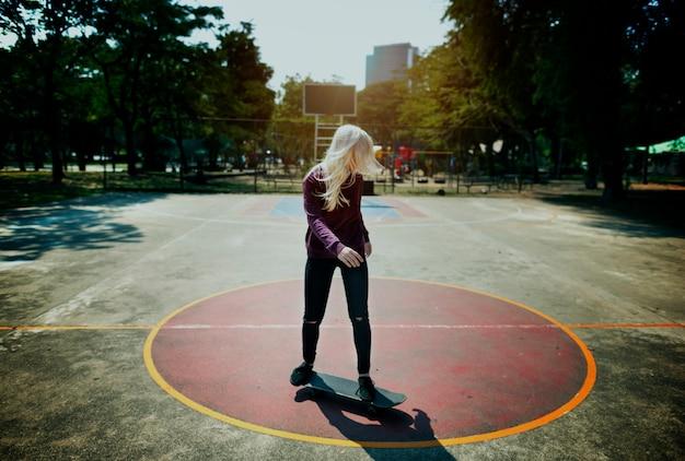スケートスケートボードスケートスポーツ少女ティーンエイジャーの概念