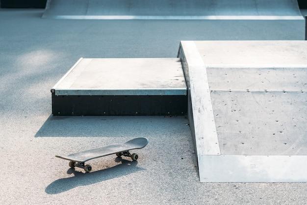 Скейтборд в скейт-парке. субкультура экстремальных видов спорта. городской образ жизни и адреналин.