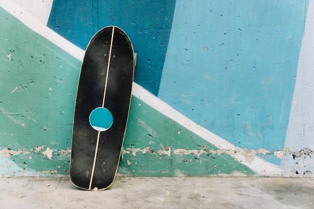 Skateboard appoggiato alla parete