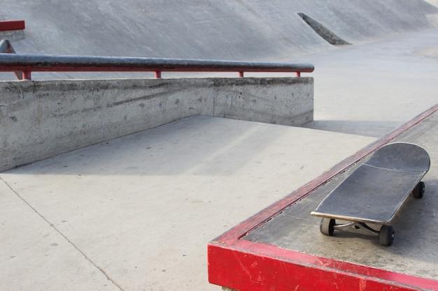 Скейтборд лежит на заднем плане в заброшенном скейтпарке