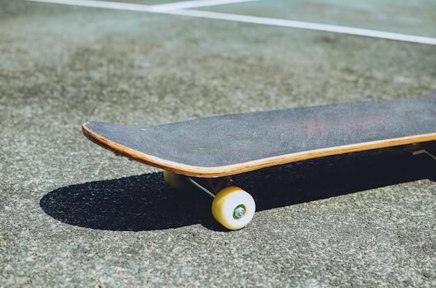 古いテニスコートのスケートボード、スケートのコンセプトコピースペース