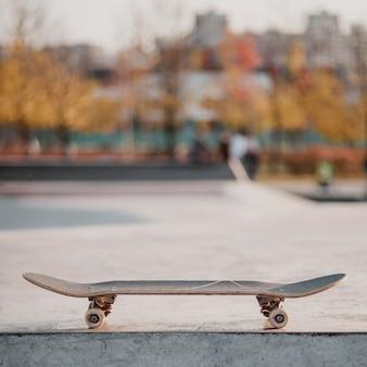 Скейтборд на открытом воздухе в скейтпарке с копией пространства