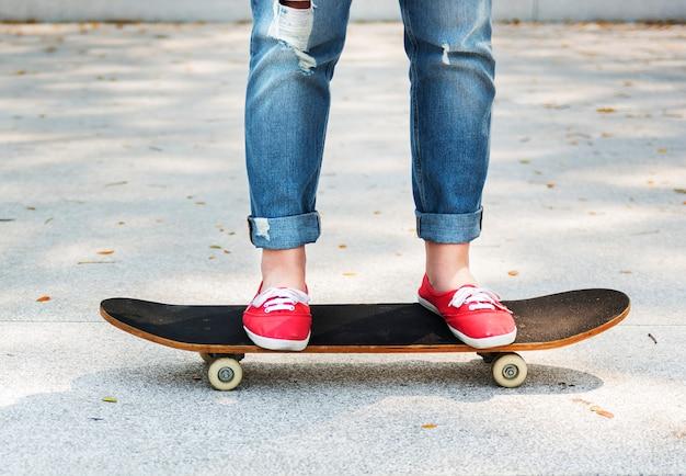 スケートボード遊ぶ立っているライフスタイルリラックスコンセプト