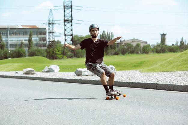 Скейтбордист делает трюк на улице города в солнечный день.