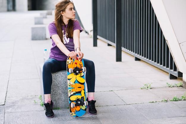左を見てスケートボーダーの女の子