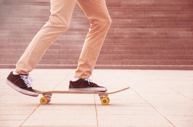 해질녘 스케이트 보더 다리
