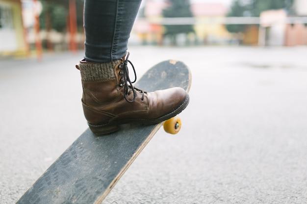 스케이트 보드를 타고 스케이트 보더 다리