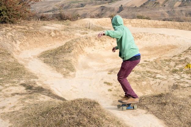 山のスケートボーダー-エクストリームスポーツのコンセプト