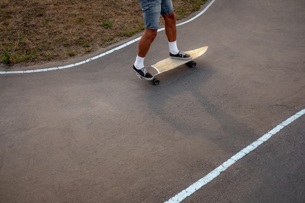 Тренировка скейтбордиста в помповом парке
