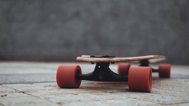 スケートボーディング練習フリースタイルエクストリームスポーツコンセプト-ロングボード