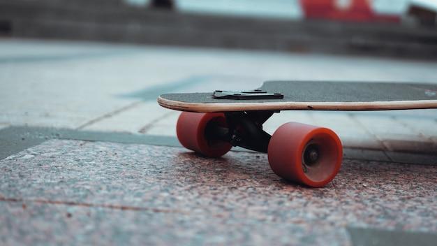 スケートボード練習フリースタイルエクストリームスポーツコンセプト-ロングボード