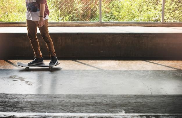 スケートボードの実践フリースタイルエクストリームスポーツコンセプト