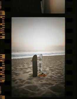 フィルムストリップのビーチでスケートボード