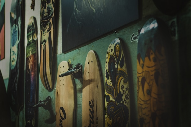 Скейтборды разных цветов на стене