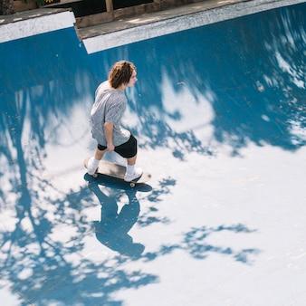 Skater a bordo in sella alla rampa