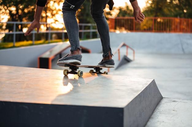 練習しているスケーターの少年