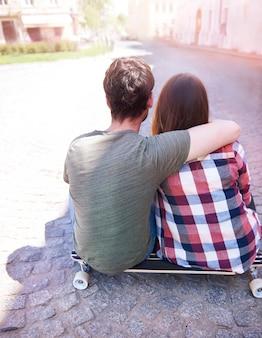 도시에서 즐기는 스케이팅 커플