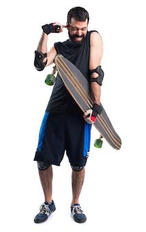 Skater che copre le orecchie