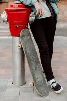 都市のスケーターの女の子