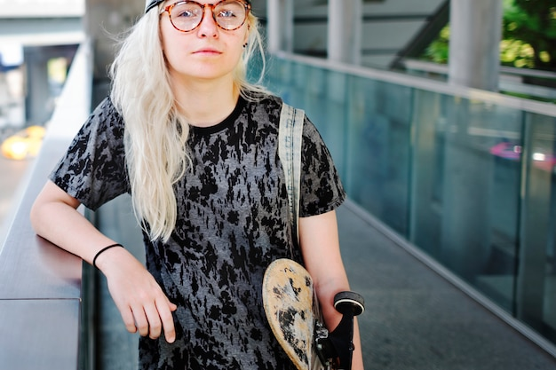 市内のスケーターの女の子