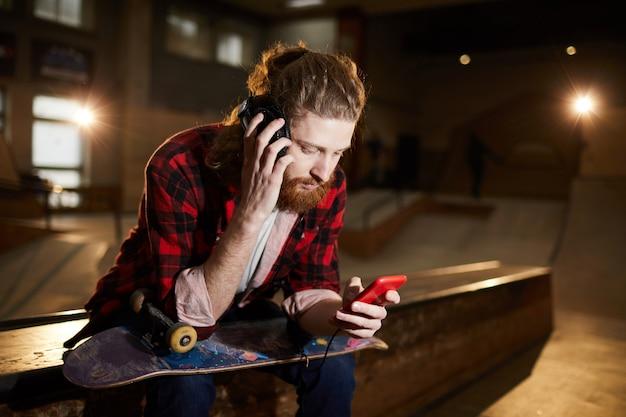 Скейтер, слушающий музыку