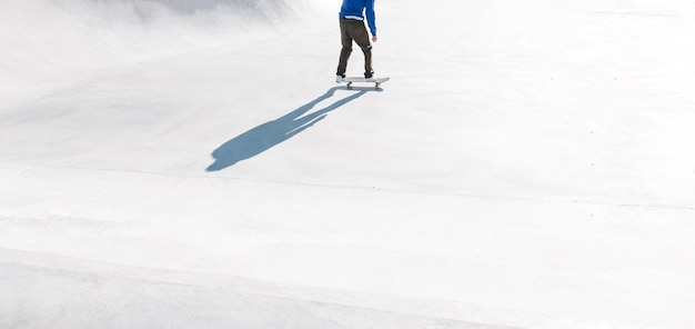 스케이트 공원 야외에서 타는 스케이팅 선수