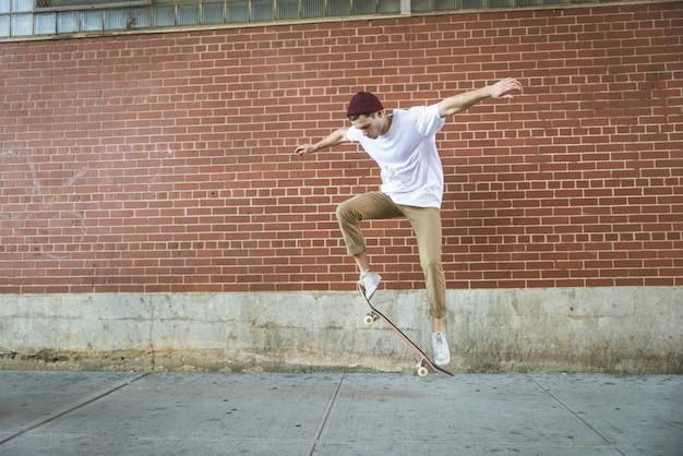 Тренировка фигуристов в скейт-парке в нью-йорке