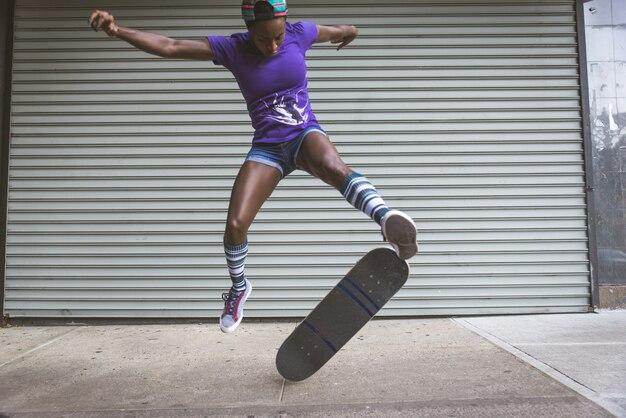 ニューヨークのスケートパークでのスケータートレーニング