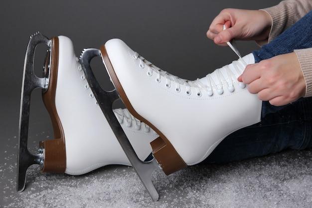 灰色の背景にスケートを履いているスケーター