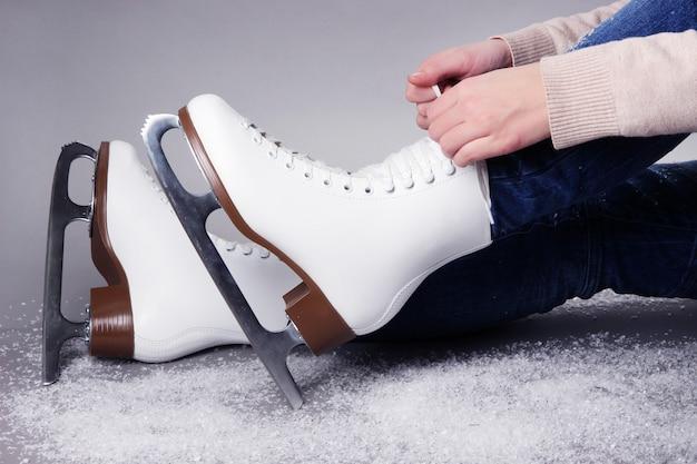 Фигурист в коньках на сером фоне