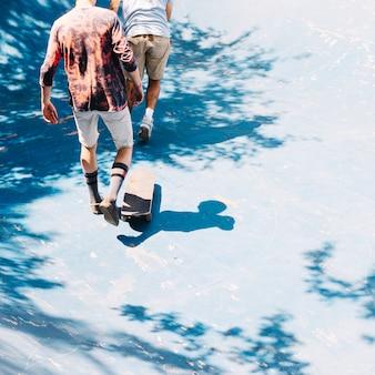ランプで歩くスケーター